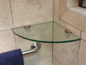 étagères d'angle en verre